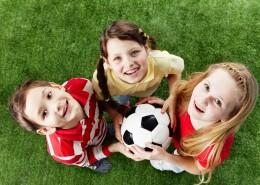 niños y niñas disdrutar del deporte