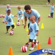 El entrenador de fútbol en las edades más tempranas.