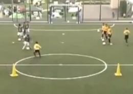 Ejercicio 1 contra 1 con finalización y transición a defensa. Entrenamiento de Fútbol